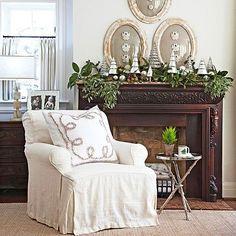 modern Weihnachtsgirlande weihnachten sofa weiß kamin kaminsims silbern kugel idee