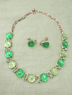 Vintage-Signed-LISNER-Green-Jelly-Lucite-Rhinestone-Flower-Necklace-Earrings-Set
