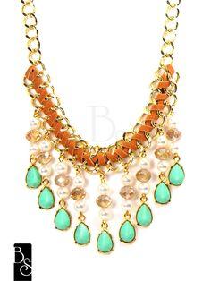 Maxi colar de metal com banho dourado, trançado com couro ecológico na cor caramelo, com pingentes de cristais, pérolas,e gotas na cor azul turquesa. Bijuteria R$98,00