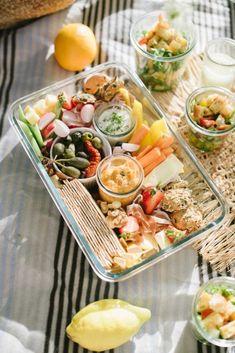 Picknick Idee: Schön leckere Snackbox Picnic Snacks, Snacks Für Party, Picnic Foods, Appetizers For Party, Food For Picnic, Picnic Mat, Vegan Dessert Recipes, Snack Recipes, Bread Appetizers