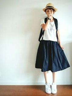 女の子らしいスカートにも白スニーカーがピッタリ。 麦藁帽子にリュックサックを背負って、ピクニックへ♪なんていかがでしょうか。
