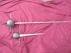 Juego de ropera de conchas y daga remontada. Grabadas con un lauburu. Gavilanes salomónicos terminados en espátula. Swords, Cutlery, Weapons, Bows, Artisan, Shells, Game, Guns, History