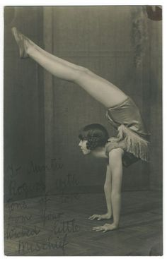 We Heart It の Vintage Carnival Contortionist Bending back Circus Vintage, Old Circus, Circus Art, Night Circus, Vintage Carnival, Circus Theme, Circus Birthday, Circus Acrobat, Birthday Parties