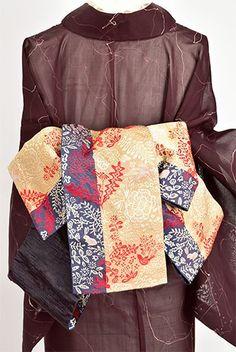 東欧の刺繍ファブリックのような鳥やウサギ、草花の装飾模様が織り出された半幅帯です。