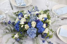 Rund borddekorasjon i blått er perfekt til konfirmasjon eller barnedåp.