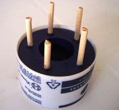 MATERIAL: Fio encerado grosso, agulha de crochê e um tear rabo de rato com 5 pinos. Passe o fio pelo furo do tear, segurando uma ponta de ...