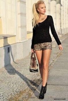 Unos shorts dorados tienen mucho juego con diferentes prendas de tu clóset y sirven tanto para invierno como para verano...