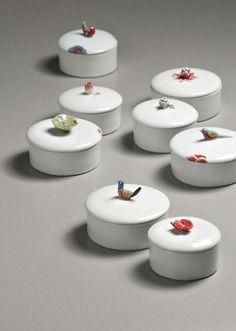 Using Ceramic Plates as Wall Decorations Ceramic Boxes, Ceramic Jars, Ceramic Clay, Ceramic Painting, Ceramic Artists, Ceramic Pottery, Pottery Art, Clay Box, Keramik Design