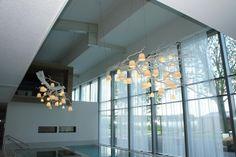 Mooie lamp met witte takken en kleine lampenkapjes (foto van sauna SpaSereen)