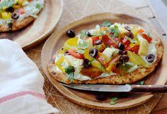 Naan pizza met tzatziki. Wat is dít lekker en makkelijk om te maken! Een vegan 'pizza,' maar dan van naanbrood.