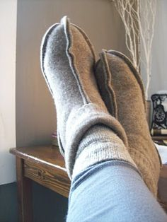 Slippers made from a felted sweater. (... just because they look simple ... k)