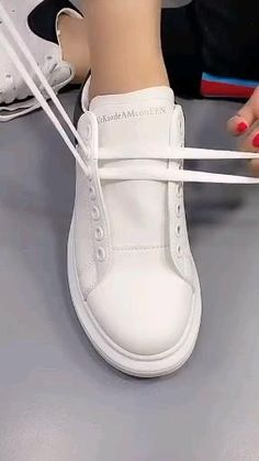 Diy Clothes Life Hacks, Diy Clothes And Shoes, Clothing Hacks, Ways To Lace Shoes, How To Tie Shoes, Diy Fashion Hacks, Fashion Tips, Tie Shoelaces, Everyday Hacks
