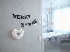 DIY easy fluffy wreath made from pompoms, a winter-ish heart <3