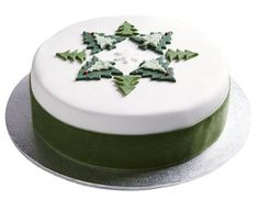 Waitrose Christmas Fruit Cake, £ 15 - recepty - - If we look at the news as we enter the New Year, we see that celebration methods are generally the same, a night full of fireworks and fun. Christmas Cake Designs, Christmas Cake Decorations, Christmas Cupcakes, Christmas Treats, Fondant Christmas Cake, Xmas Cakes, Waitrose Christmas, Chocolate Christmas Cake, Fireworks Cake