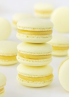 Here's your sweet tooth craving for the day! Decadent mango + white chocolate macarons by Yummm! Macaroon Recipes, Dessert Recipes, Frosting Recipes, Cookie Recipes, Macaron Fimo, Macaroon Cookies, Fun Cookies, Dessert Aux Fruits, French Macaroons