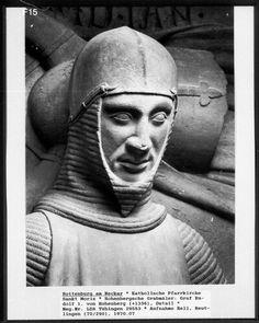 Bild könnte enthalten: 1 Person Medieval Helmets, Medieval Knight, Arm Armor, Effigy, 14th Century, Military Art, Renaissance, Riding Helmets, History