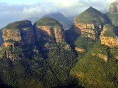 The Three Rondavels on Mpumalanga's Panorama Route give a spectacular view over the Blyde River Canyon. The Three Rondavels are at the beginning (or end) of the spectacular Blyde River Canyon drive - Welcome to Extreme Frontiers - South Africa. Wonderful Places, Beautiful Places, Amazing Places, Travel Around The World, Around The Worlds, Travel Set, City Beach, Filming Locations, Nature Reserve