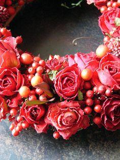 赤いバラと実モノのリース