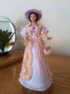 Enjoyed making and dressing her Elsa, Dressing, Miniatures, Victorian, Disney Princess, Disney Characters, How To Make, Fashion, Moda