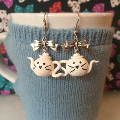 Boucles d'oreilles mes petites théières chat blanc - création par Tea For You #fimo #théière #chat