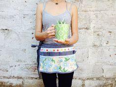 Estos son nuestros delantales para jardinerear o cocinar. Son de hule, con telas muy colorinchas y una especie de mezclilla!.
