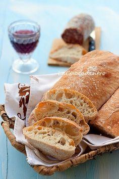 La panificazione in casa, regala grandi gioie!! Ed anche se questa non è una delle ricette più semplici da eseguire a causa dell'alta idratazione dell'impasto, e necessita di tempi lunghi per la preparazione, provate almeno una volta a regalarvi la soddisfazione di gustare un pane buono, genuino e…