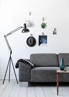 Klammern aus Holz statt Klebestreifen für dein Moodboard. Design: Moebe.