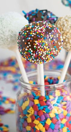 Use this tutorial to learn how to make cake pops and cake balls. Quick and easy, made with simple ingredients with various flavors, decorations. This the best way to use up leftover cake scraps. I have been making them for years now and learned a l Cakes To Make, Cake Pops How To Make, Cake Recipes, Dessert Recipes, Kid Desserts, Birthday Desserts, Birthday Ideas, Salty Cake, Cake Trends