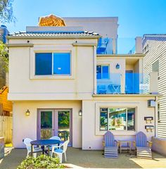 2 level Mission Beach unit feature private patio with built in BBQ. http://www.teamaguilar.com/san-diego-ca-homes/725-ostend-ct-san-diego-ca-92109-2000162694/