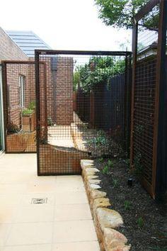 Easy Desert Landscaping Tips That Will Help You Design A Beautiful Yard Side Garden, Garden Trellis, Garden Fencing, Small Gardens, Outdoor Gardens, Fachada Colonial, Vertical Garden Wall, Garden Screening, Australian Garden