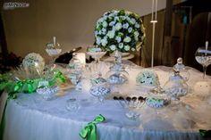 Confettata con fiocchi di raso verde e centrotavola di fiori freschi: guarda tutte le idee per un ricevimento elegante >> http://www.lemienozze.it/operatori-matrimonio/luoghi_per_il_ricevimento/villa-la-falanghina/media/foto/24