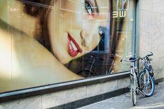 Escaparate en una calle de Amsterdam . - http://lafotodeldia.net