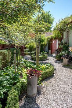 Small Garden Hacks, Amazing Gardens, Beautiful Gardens, Simple Garden Designs, Courtyard Landscaping, Minimalist Garden, Garden Drawing, Garden Cottage, Farmhouse Garden