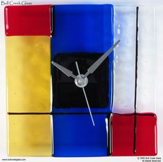 Dutch painter Piet Mondrian has been inspiring designers for many years with his later paintings from his De Stijl genre and it doesn't seem to be slowing down. Clock Art, Diy Clock, Fused Glass Art, Stained Glass, Bauhaus, Composition Painting, Mondrian Art, Dutch Painters, Wall