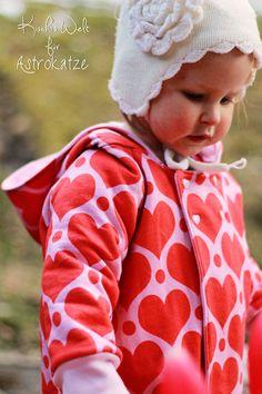 """Sweet Heart-Wintersweat von #ASTROKATZE / Nähbeispiel von """"Kischi's Welt"""" / #sweetheart #herzen #herzchen #hearts #herzchenstoff #stoffdesign #textildesign #organiccotton #rot #rosa #red #pink #diy #sewing Stoff Design, Retro, Crochet Hats, Hearts, Pink, Fashion, Textile Design, Fabrics, World"""