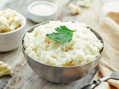 Przepis na ryż z kalafiora ze zdrowymi dodatkami  Do zrobienia smażonego ryżu czasami wystarczy grubo tarty kalafior. Zobacz, jak w prosty sposób go uzyskać.  Składniki:  1 starty kalafior, oliwa z oliwek, 1 łyżka sosu sojowego, sól i pieprz do smaku, ulubione, zdrowe dodatki.