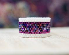 Custom Made Peyote Rings por PeyoteRingsPlus Peyote Beading, Beadwork, Loom Bracelet Patterns, Bead Loom Bracelets, Beaded Jewelry Designs, Bead Embroidery Jewelry, Handmade Rings, Homemade Jewelry, Amor