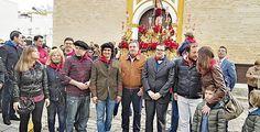 Morante y Andrés Calamaro junto a las autoridades locales de La Puebla del Río. FIT