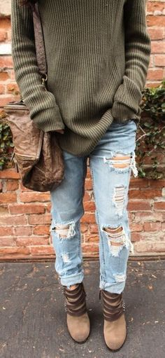 fall outfit / sweater + bag + ripped jeans + boots