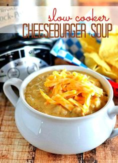 It's a cheeseburger in a bowl! This slow-cooker cheeseburger soup is sure to please the entire family! | slow cooker recipes | crock pot soup recipes | soup recipes | cheeseburger soup | homemade soup || Kitchen Meets Girl