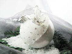 Weihnachtsdeko - Christbaumkugel, weiß, 9 cm, Schmetterling - ein Designerstück von Queensmade bei DaWanda