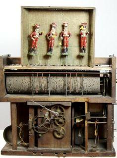 Mé oblíbené píšťalové hodiny s vojenskou kapelou z naší výstavy / My favourite flute clock with military band automaton from our exhibition http://patrikparizek.com/?p=67
