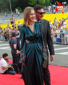 Ксения Собчак вышла в роскошном наряде с глубоким декольте