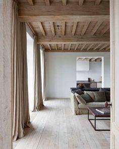 deco-salon-couleur-lin-et-teintes-naturelles-avec-poutres-apparentes. Interior Architecture, Interior And Exterior, Industrial Architecture, Brown Interior, Luxury Interior, Interior Styling, Deco Cool, Wood Ceilings, Timber Ceiling