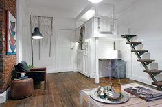 Megnyitott téglafallal két részre osztott egyszobás kis lakás galériával és nagy belmagassággal - Lakberendezés trendMagazin