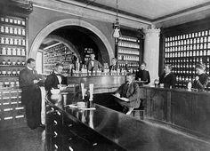 Kauppatorin apteekin henkilökuntaa offisiinissä eli asiak… | Flickr