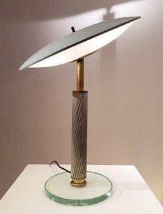 Lampe en verre, laiton et métal laqué de Pietro Chiesa Edition Fontana Arte Italie, c. 1960 H: 46 cm, diamètre: 33 cm Prix sur demande