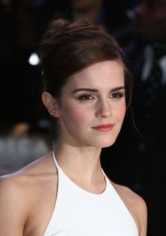 Emma Watson Photos Photos - Emma Watson attends the UK premiere of 'Noah' at Odeon Leicester Square on March 2014 in London, England. - 'Noah' Premieres in London — Part 3 Emma Watson Beautiful, Emma Love, Emma Watson Sexiest, Ema Watson, Emma Watson Style, Emma Watson Fashion, Hollywood Life, Hollywood Celebrities, Hollywood Stars