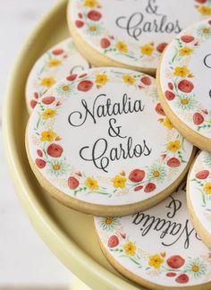 Personalized wedding cookies with flower design Macaron Cookies, Iced Cookies, Chocolate Cookies, Sugar Cookies, Sugar Cookie Royal Icing, Cookie Icing, Fancy Cookies, Cute Cookies, Happy Jar