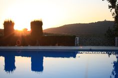Fin del día reflejado en la piscina de @hoteldelcarmen #Viajes #SierradeCadiz